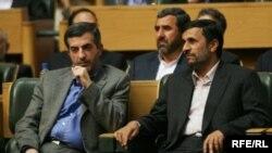 محمود احمدینژاد رئیس دولت دهم در کنار رئیس دفترش اسفندیار رحیم مشایی در مجلس.