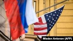 Російський і американський прапори біля посольства Сполучених Штатів у Москві
