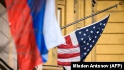 Флаги на здании посольства США в России.