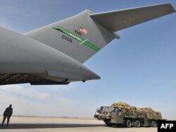 Орталық Азия арқылы Ауғанстанға әскери техника апара жатқан АҚШ ұшағы. Қырғызстан, 6 наурыз 2010 жыл.