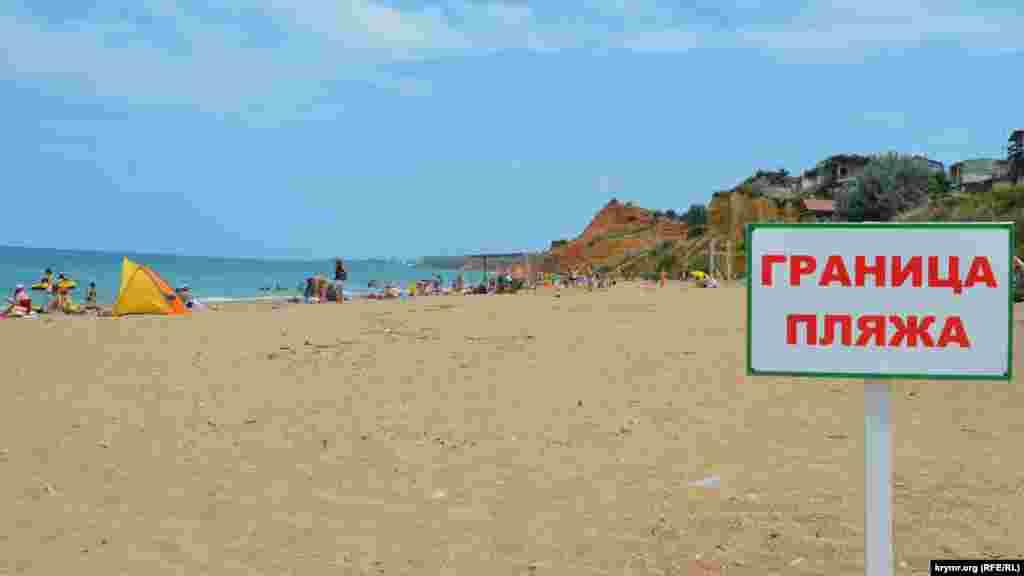 Многие севастопольцы и приезжие предпочитают отдыхать за границей официального пляжа