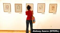Портреты знаменитых людей кисти Сафронова, привезенные на выставку. Алматы, 16 сентября 2014 года.