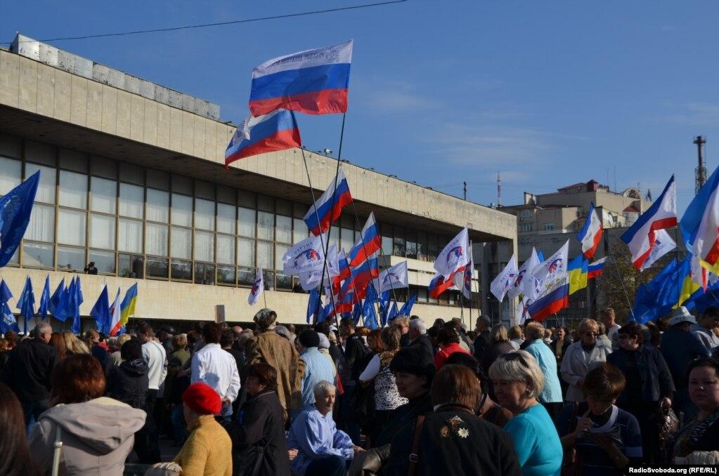 В очередной раз во время Евромайдана на центральную площадь вышли пророссийские активисты. Акция проходит напротив Украинского театра на площади Ленина. После аннексии театр переименовали на Музыкальный