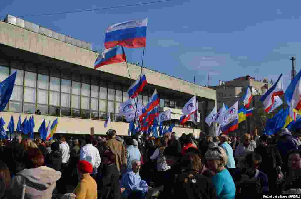 У черговий раз під час Євромайдану на центральну площу вийшли проросійські активісти. Акція відбувається навпроти Українського театру на площі Леніна. Після анексії театр перейменували на Музичний