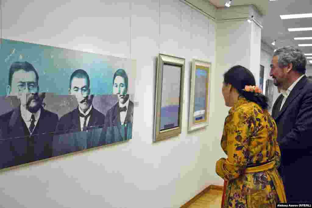 Образ одного из лидеров «Алашорды» Алихана Букейханова представлен в нескольких работах (живописных и скульптурных). Одна из них называется «Три опоры народа». Ее автор, художник Сырлыбек Бекботаев, взял за основу известную фотографию с лидерами «Алашорды» с Ахметом Байтурсыновым, АлиханомБукейхановым и Мыржакыпом Дулатовым. Что хотел сказать художник,сместив верхние части лиц, неизвестно. Возможно, это передает то, чтов прошлом роль этих деятелей в истории Казахстана искажалась.