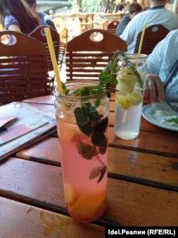В кафе Нюрнбгера уже подают напитки с макарониной вместо привычной пластиковой трубочки. Фото автора.
