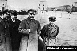"""NKVD-nin rəhbəri Jejov (sağda) Stalinlə birlikdə. Jezovun repressiya edilməsindən sonra sovet senzorları onu şəkildən """"yığışdırmışdılar""""."""