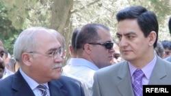 Musavat Partiyasının başqa İsa Qəmbər (solda) və AXCP-nin sədri Əli Kərimli, 24 iyun 2004
