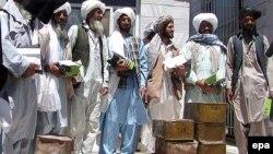 با اینکه مقامات ناتو و رهبران آمریکا ایران را متهم به ارسال محموله سلاخ به شورشیان طالبان می کند، مقامات رسمی افغانستان می گویند که این برای اثبات این اتهامات مدارکی در اختیار ندارند.