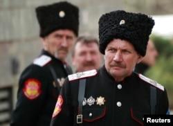 Казаки из России возле здания крымского парламента