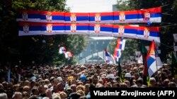 Flamujt e Serbisë të vendosur në Mitrovicën e Veriut. Fotografi nga arkivi.