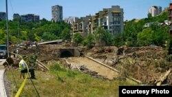 В ночь с 13 на 14 июня более 200 семей остались без крова, затопило городской зоопарк и частный приют для собак. Согласно данным мэрии, жильем обеспечены практически все пострадавшие