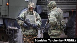 Aqmescitte silâlanğan Rusiye askerleri, 2014 senesi mart 2 künü. İllüstratsion fotoresim