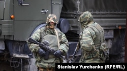 Вооруженные российские солдаты в Симферополе, 2014 год