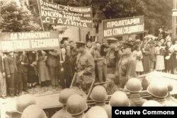 Организованный новыми властями митинг в Кишиневе после занятия его Красной армией. Лето 1940 года