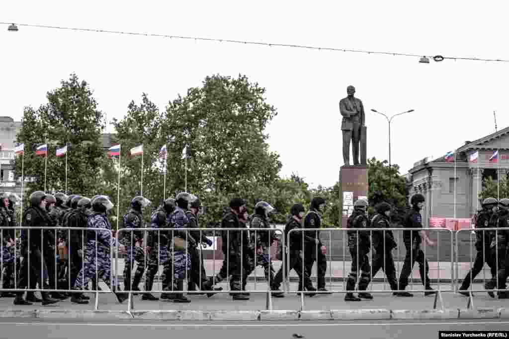 Російські силовики перекрили площу Леніна в Сімферополі, перед жалобним мітингом кримських татар, 17 травня 2014 року