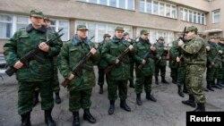 Члены крымской «самообороны» в Симферополе, 13 марта 2014 года