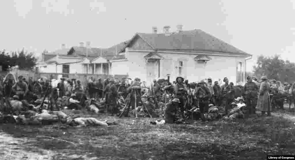 """თეთრგვარდიელები ბრიტანეთის არმიის ჩაფხუტებით. მაშინ, როცა დასავლელი მოკავშირეები თეთრებს ეხმარებოდნენ მოძალადე ბოლშევიკებთან ბრძოლაში, რუსეთში """"თეთრი ტერორიც"""" მძვინვარებდა. ათიათასობით ადამიანის სიცოცხლე შეეწირა თეთრგვარდიელების, ხშირად, ანტისემიტურ ძალადობას."""