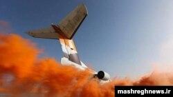 Un avion care zboară deaspura norilor la apus