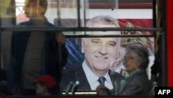 Bilbord sa likom Tomislava Nikolića kroz prozor tramvaja