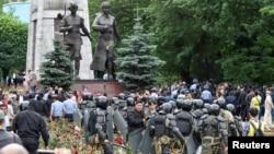 Наразылық акциясына жиналған азаматтар мен полиция жасағы. Алматы, 9 маусым 2019 жыл.