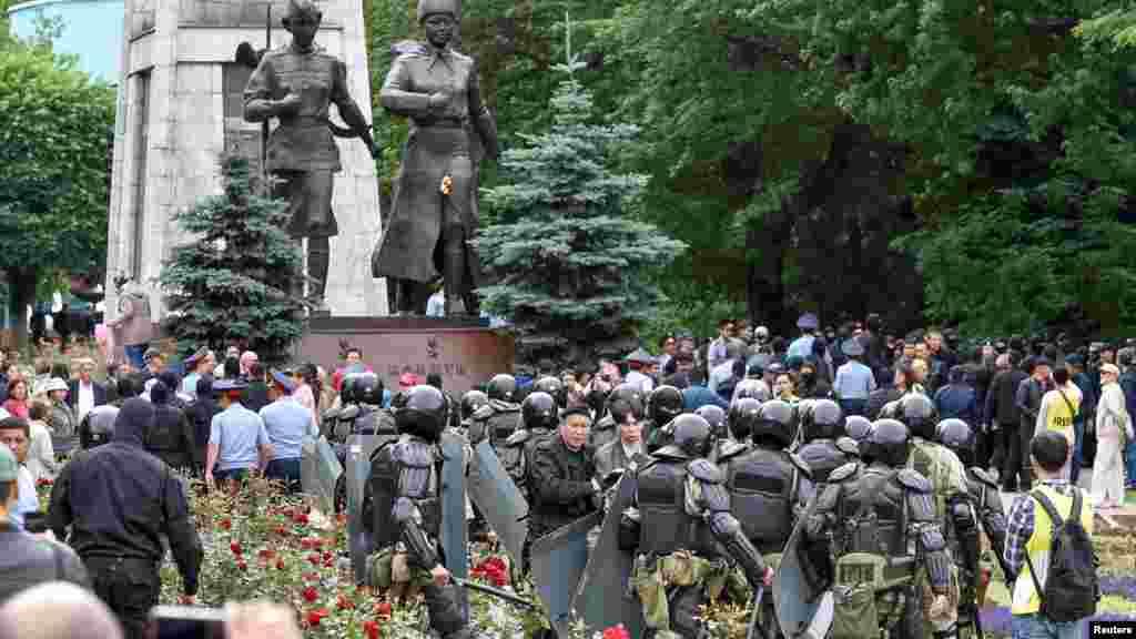 Протестующие в окружении бойцов спецподразделения полиции. Алматы, 9 июня 2019 года.