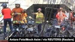 Zjarrëfikësit në vendin e ngjarjes pas shpërthimit