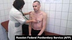 Російський лікар обстежує Сенцова, ФСВП Росії стверджує, що фото зроблене 28 вересня