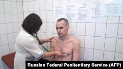 Голодающий пятый месяц Олег Сенцов на медицинском осмотре. Россия, 29 сентября 2018 года