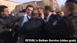 """Од апсењето на членови на """"Самоопределување"""", пред кососвкиот парламент, Приштина, 30.11.2017."""