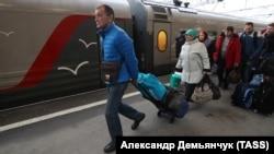 Пассажиры поезда в Крым