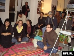 Зрители смотрят выступление казахских и кыргызских музыкантов в Вене. Ноябрь 2006 года.