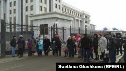 Наразы тұрғындар бас прокуратура алдындағы жолды жауып тұр. Астана, 11 сәуір 2014 жыл.