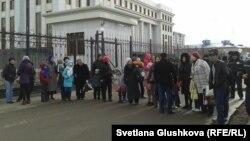 Жители Астаны участвуют в акции протеста против сноса их домов. Астана, 11 апреля 2014 года.