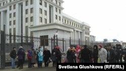 Акция протеста у здания генеральной прокуратуры в Астане. 11 апреля 2014 года.