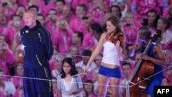 Британия спортчысы Дэвид Бэкхэм киләсе Олимпиаданы кабул итүче ил төркемендә уеннарның ябылу тантанасында катнашты