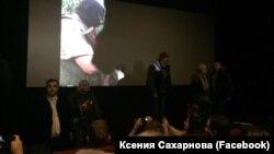 """Активисты SERB срывают показ фильма """"Полет пули"""" (фото из фейсбука Ксении Сахарновой)"""