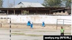 Возвращающиеся после уроков ученицы школы в селе Фердауси. Южно-Казахстанская область, 14 сентября 2017 года.