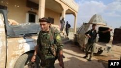 AQSh IDga qarshi kurashda quvvatlayotgan mahalliy kurd va arab jangchilari Suriyaning Manbij shahrida