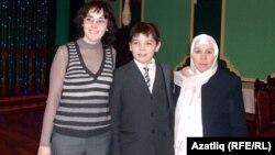 Һади Атласиның оныгы Әлфия Атласова, улы Әмир һәм язучы Фәүзия Бәйрәмова