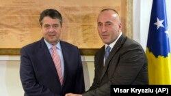 Германскиот министер за надворешни работи Зигмар Габриел и косовскиот премиер Рамуш Харадинај во Приштина, 14 февруари, 2018.
