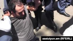 Ոստիկանները բերման են ենթարկում Արայիկ Պետրոսյանին, 4-ը հունիսի, 2015թ.