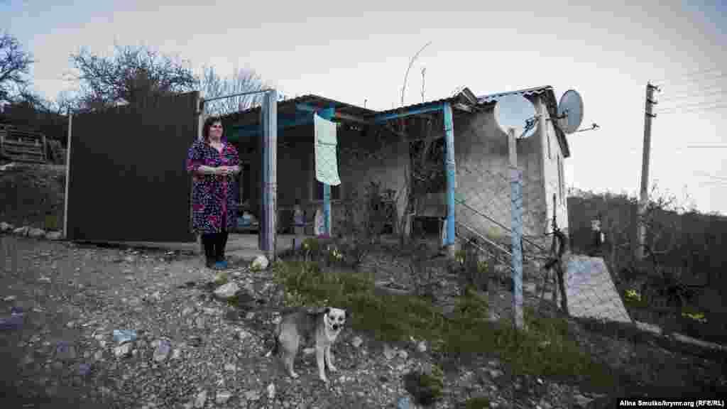 Мать Арсена Азры возле своего дома в Краснокаменке