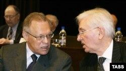 Юрий Осипов (слева) не горит желанием расставаться с престижной должностью просто так
