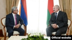 Президент Армении Серж Саргсян (слева) во время встречи со своим белорусским коллегой Александром Лукашенко, Сочи, 23 сентября 2013 г.