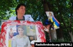 Під лікарнею постійно чергують прихильники Тимошенко (фото О. Овчинникова)
