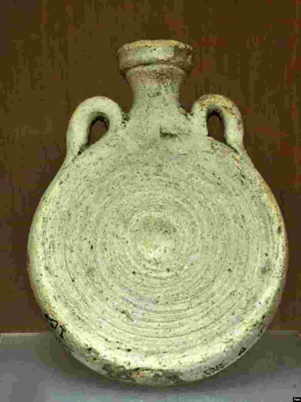 قمقمه سفالی با دو دسته عمودی متعلق به دوره ساسانی محل کشف شوش