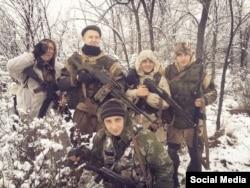 Группа молодых боевиков. Среди них Марк Воржева (стоит, второй слева), родом из Северодонецка, тогда ему было 16-17 лет. Его судьба на сегодняшний день неизвестна