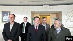 گرهارد شرودر، صدر اعظم پیشین آلمان، و علیرضا شیخ عطار، سفیر ایران در آلمان