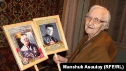 Соғыс ардагері Тамара Гайдук өзінің және күйеуінің фотосын ұстап отыр. 7 мамыр 2018 жыл.